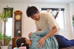 うらやま接骨院背部痛(オステオパシー治療)|米沢市むち打ち・腰痛・手足のしびれ・関節の痛み・骨盤矯正・痛くない背骨の矯正オステオパシー・肩こり・頭痛