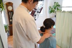 うらやま接骨院背中の痛み・猫背矯正治療の流れ3|米沢市むち打ち・腰痛・手足のしびれ・関節の痛み・骨盤矯正・痛くない背骨の矯正オステオパシー・肩こり・頭痛・背中の痛み・猫背矯正
